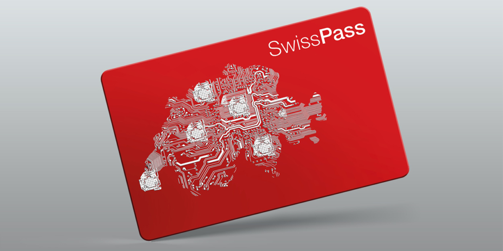 """Eine rote Karte in Kreditkartengrösse mit dem Aufdruck """"SwissPass"""" und der Schweiz als Leiterplatte."""