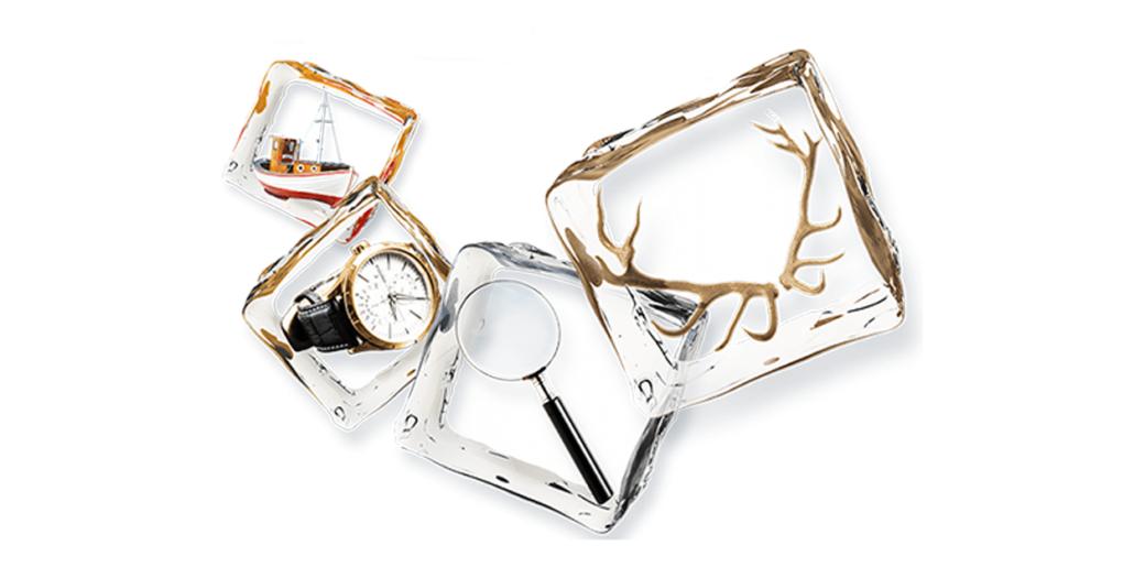 Vier Eiswürfel, die je einen Gegenstand umschliessen: Ein Schiff, eine Uhr, eine Lupe und ein Geweih.