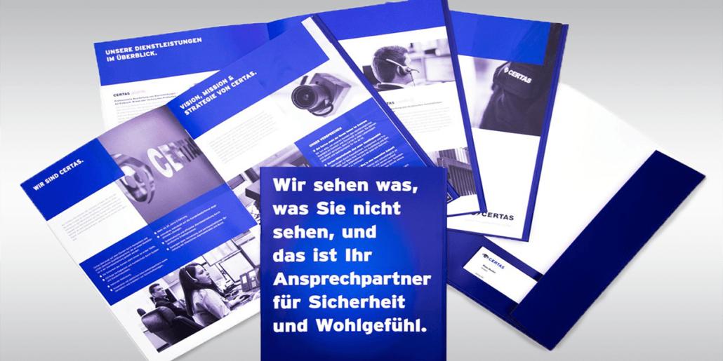 Verschiedene Werbematerialien des neuen Certas-Auftritts in blau und weiss.