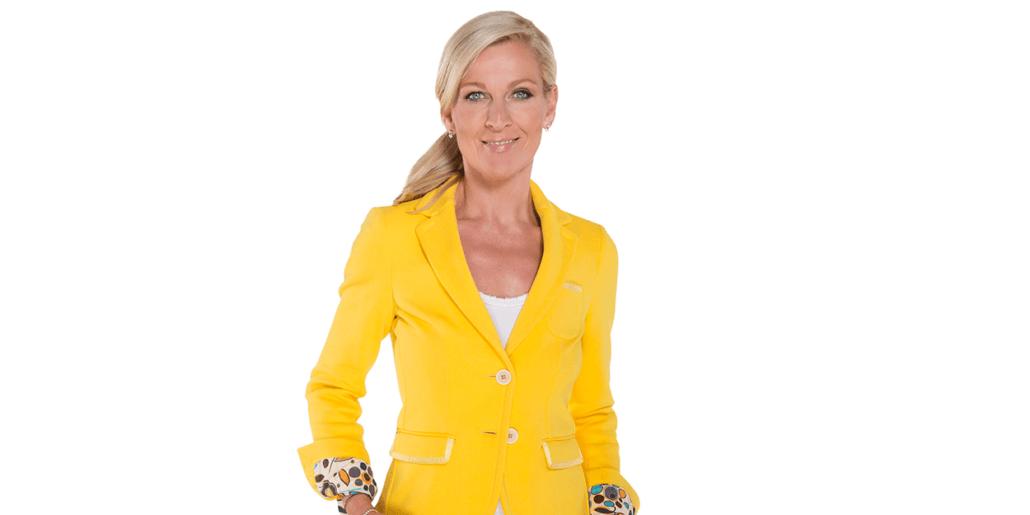 Ein Foto von Patricia Boser in einem gelben Blazer.