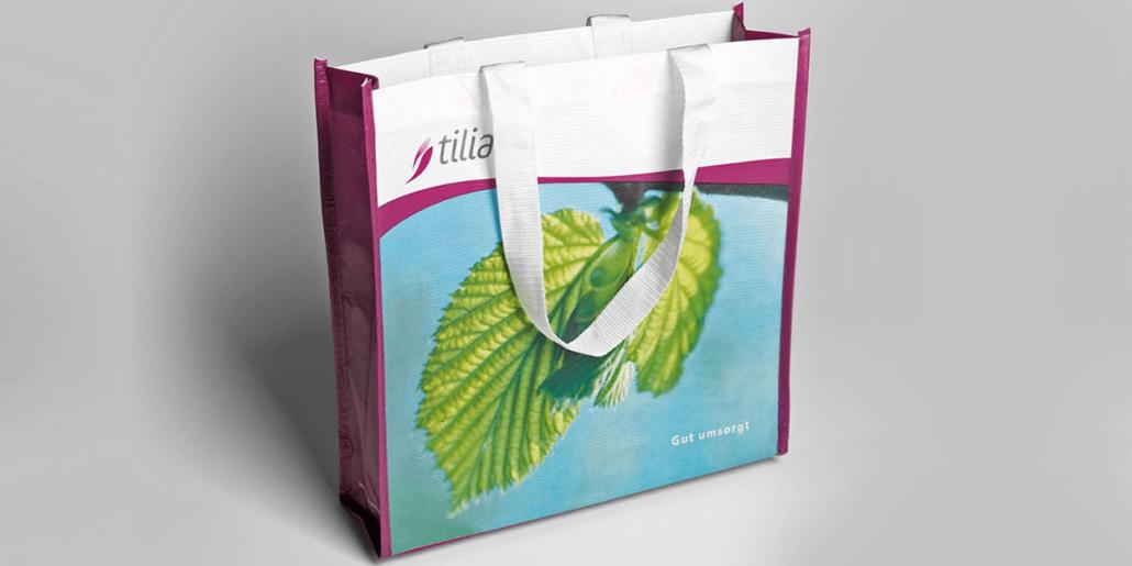 Eine Plastiktasche zur mehrmaligen Verwendung mit dem neuen tilia Logo drauf.
